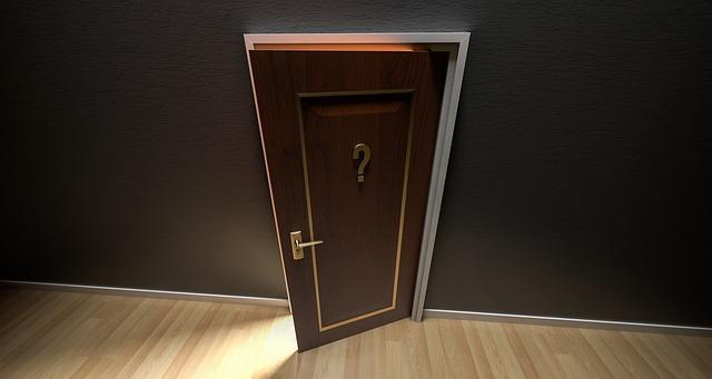 pootevřené dveře