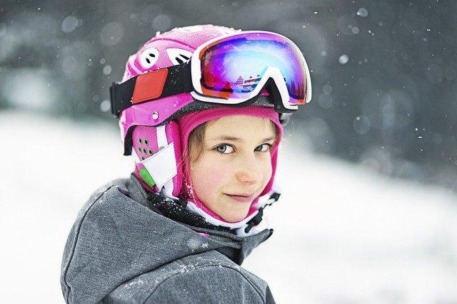 holka v helmě