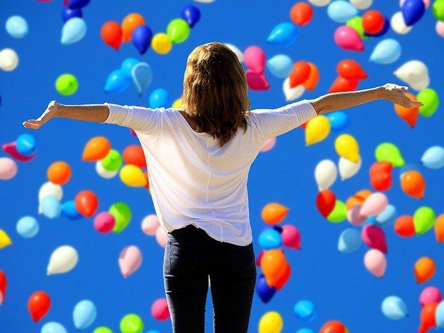 balonky nad ženou.jpg