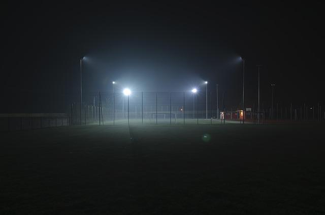 osvětlené sportovní hřiště.jpg