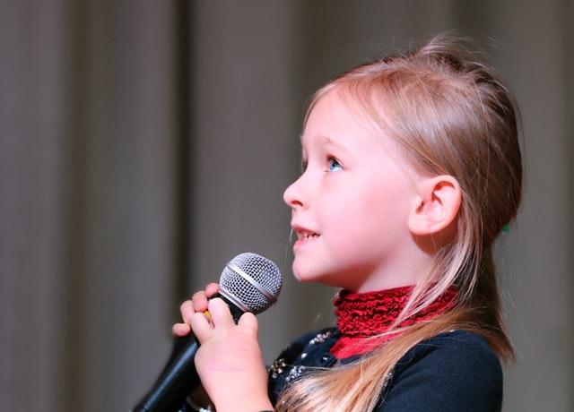 holčička s mikrofonem