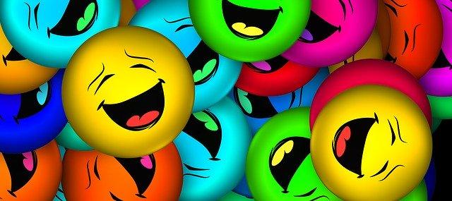 Skupina veselých barevných smajlíků