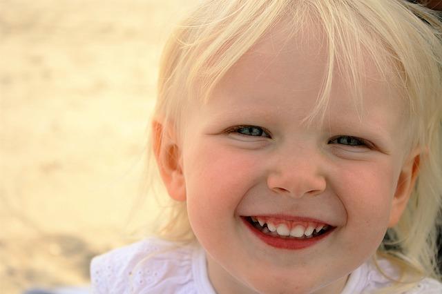 Malá rozesmátá dívka
